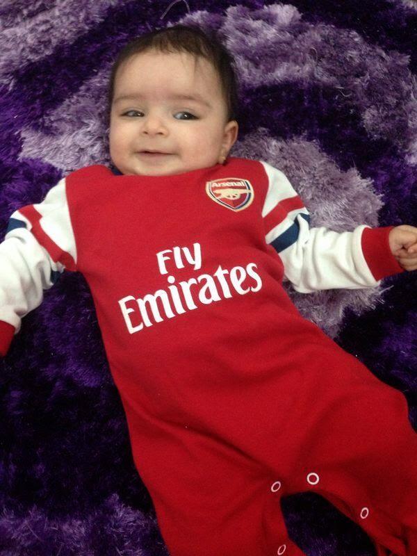 Foto bayi lucu pakai baju sepak bola arsenal