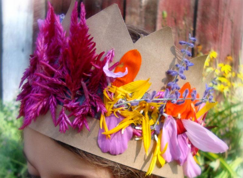 Наклеивание же цветочков под силу даже самым маленьким малышам. браслет из цветов и листьев. сделать корону из цветов...