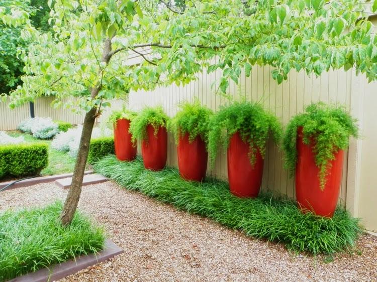 Flowerpot as accents in the garden