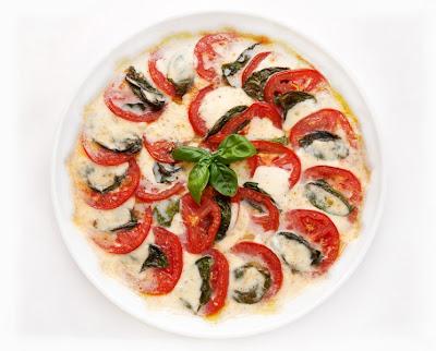 Pečen paradižnik mozzarella in bazilika