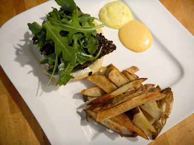 Burgers de saumon noirci aux épices cajun, frites au four et mayonnaises maison