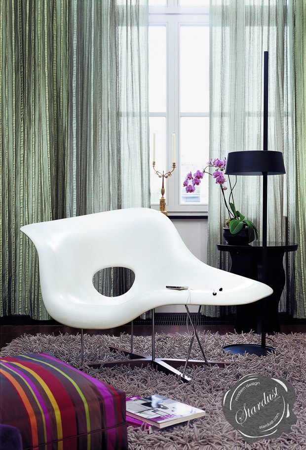 Eames la chaise la chaise chair white for Chaise eames rose pale