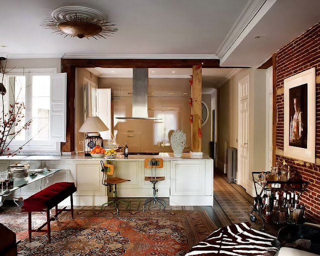 Aranżacja otwartej kuchni w artystycznym apartamencie