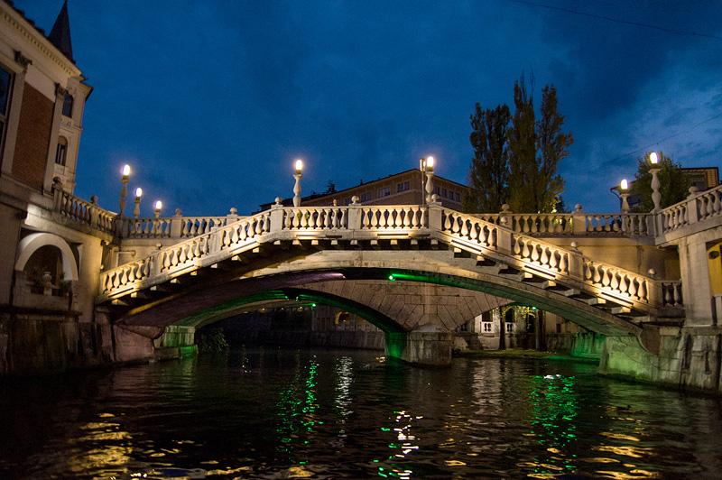 Ljubljana iz rečnega korita Tromostovje zvečer full