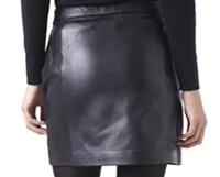 el trasero de Ras en minifalda de cuero negro