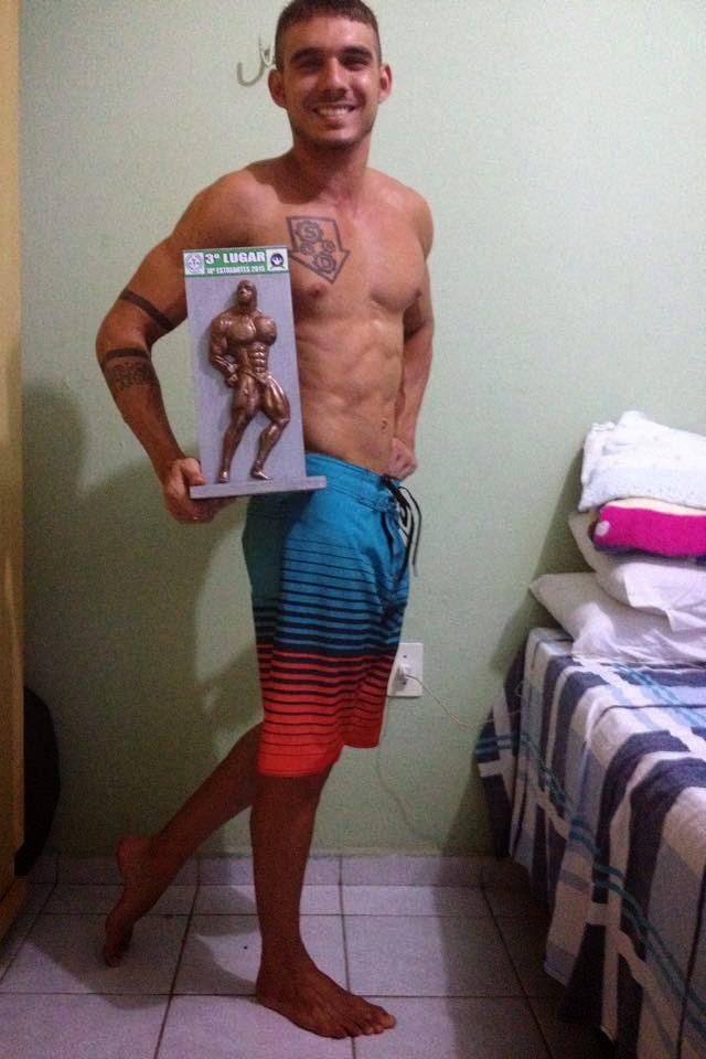 Saymon Gregory mostra o troféu de terceiro lugar na categoria Men's Physique do Campeonato Estreantes 2015 da Federação Paraibana de Culturismo e Musculação. Foto: Arquivo pessoal