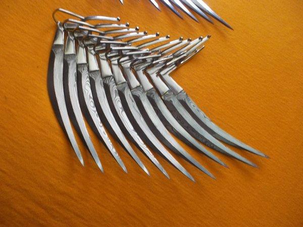 Pisau taji yang digunakan dalam adu ayam sabong filipina