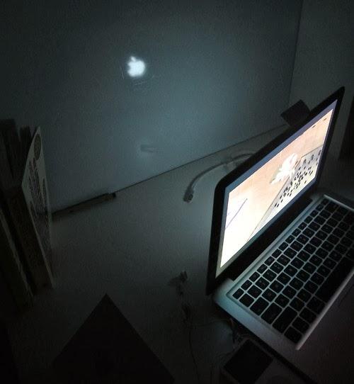 夜晚闪亮的Macbook