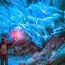 Εκπληκτικές φωτογραφίες από το εσωτερικό ενός σπήλαιου πάγου στην Αλάσκα.