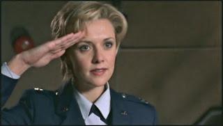 ¿Por qué...? los militares saludan llevando la mano hacia la frente.