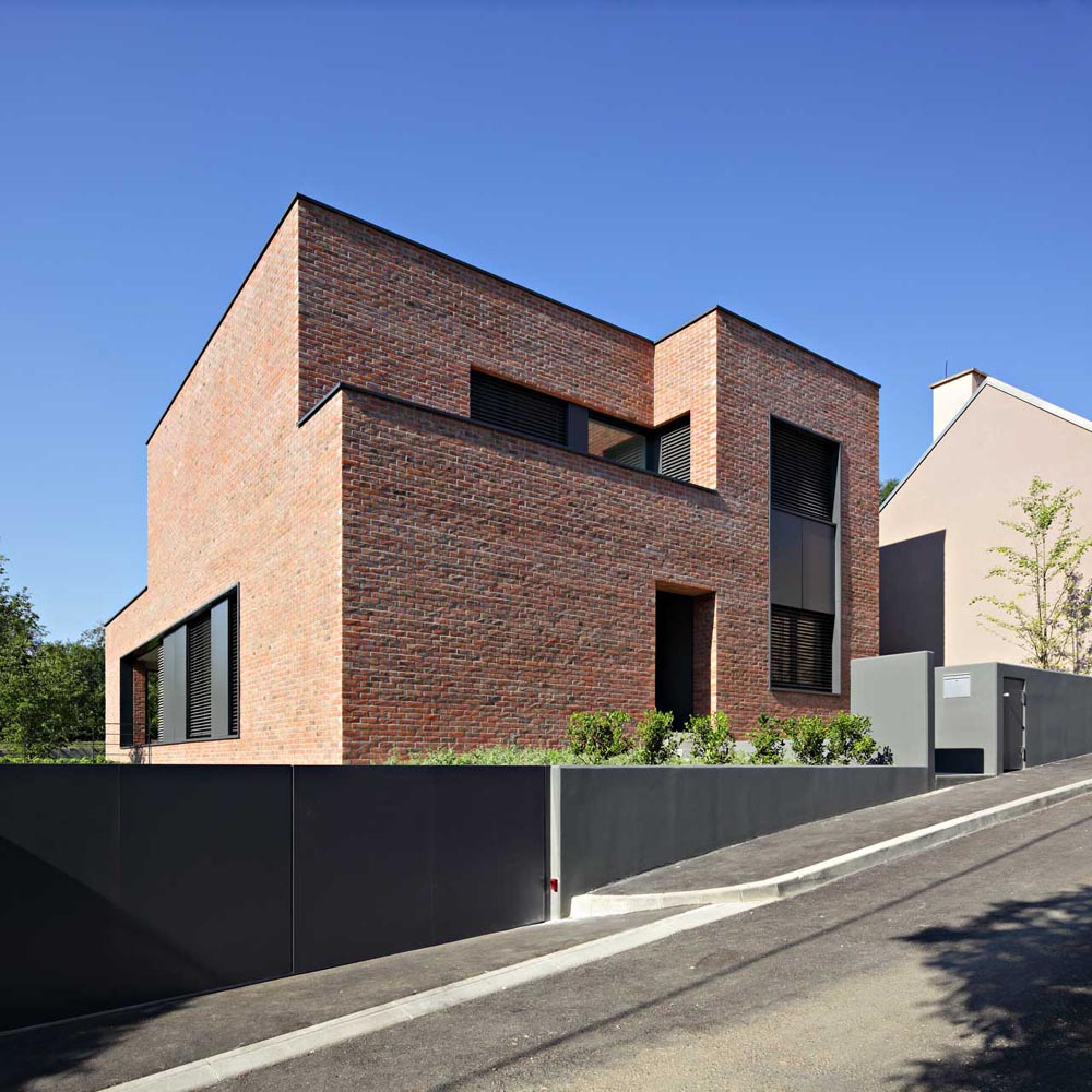 Brick laminate picture brick facade for Contemporary minimalist house