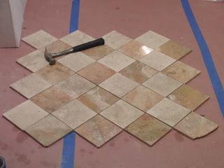 Simulasi dan pola lantai keramik di ruangan