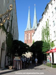 Nikolaiviertel com as torres da Nikolaikircheao fundo.