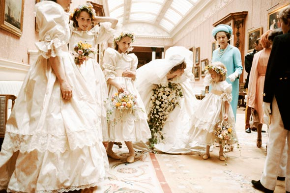 Royal Wedding Pictures: Diana talk to the bridesmaids