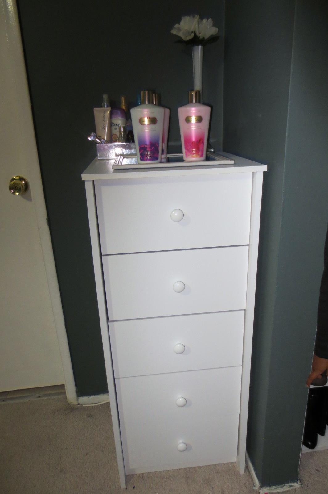 Este mueble blanco es ideal para organizar accesorios, maquillaje o