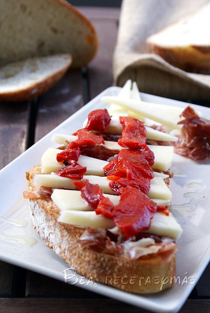 Tosta de virutas de jamón, queso de oveja y pimientos escalibados