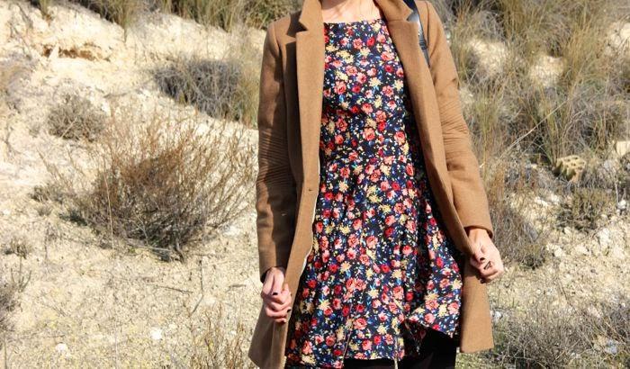 vestido flores y abrigo