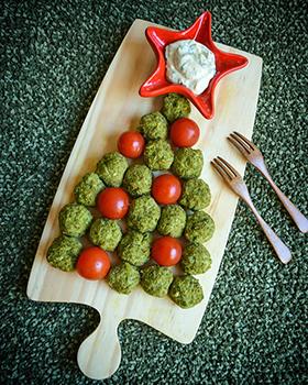 Bolinhos de brócolis e ervilha com maionese de manjericão e alho