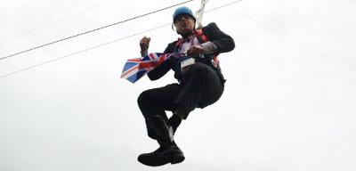 Boris Johnson atascado en tirolina