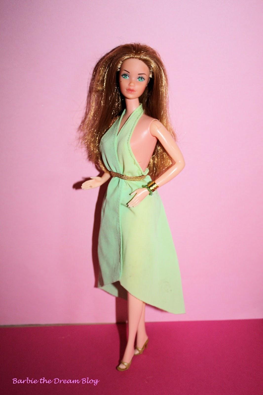 43f9489faf0a7 Il vestito cinge il collo con due fasce di diverse tobalità di verde