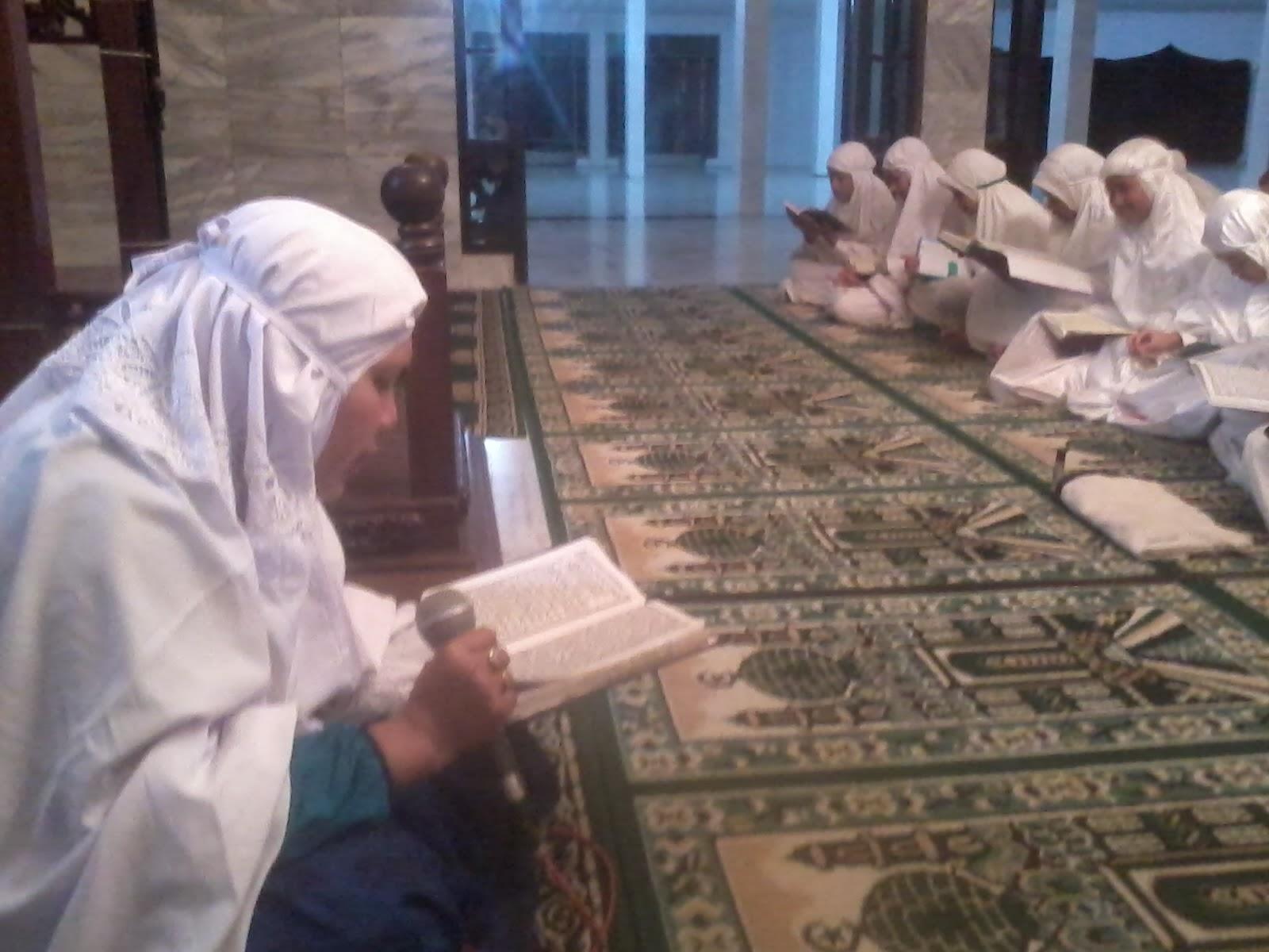 Peserta putri Malam Ibadah saat bertadarrus Al Qur an mengawali kegiatan malam Ibadah kegiatan ini langsung dibimbing langsung oleh Ibu Hj Kholilah Lubis