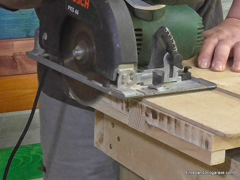 How to make a very simple and useful circular saw jig. www.woodworking.enredandonogaraxe.com