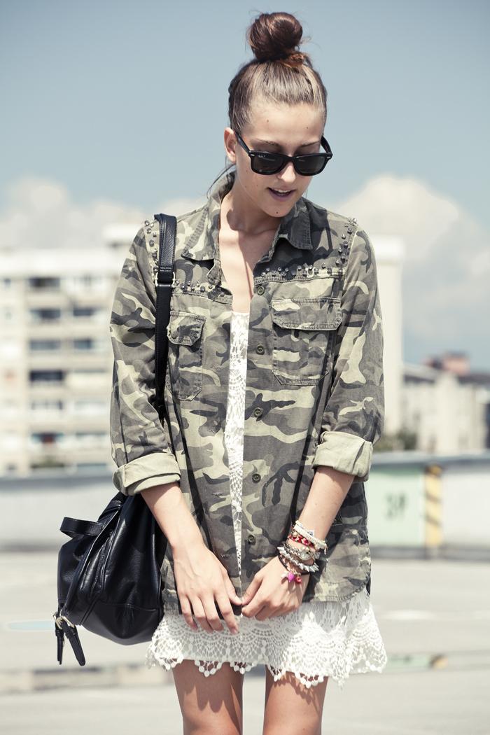 street style, vestido branco, camisa militar, jaqueta militar, vestido de renda, vestido curto, moda, roupas femininas, bolsa, militarismo, Moda Roupas, Moda Tendencias, Jaqueta Camuflada