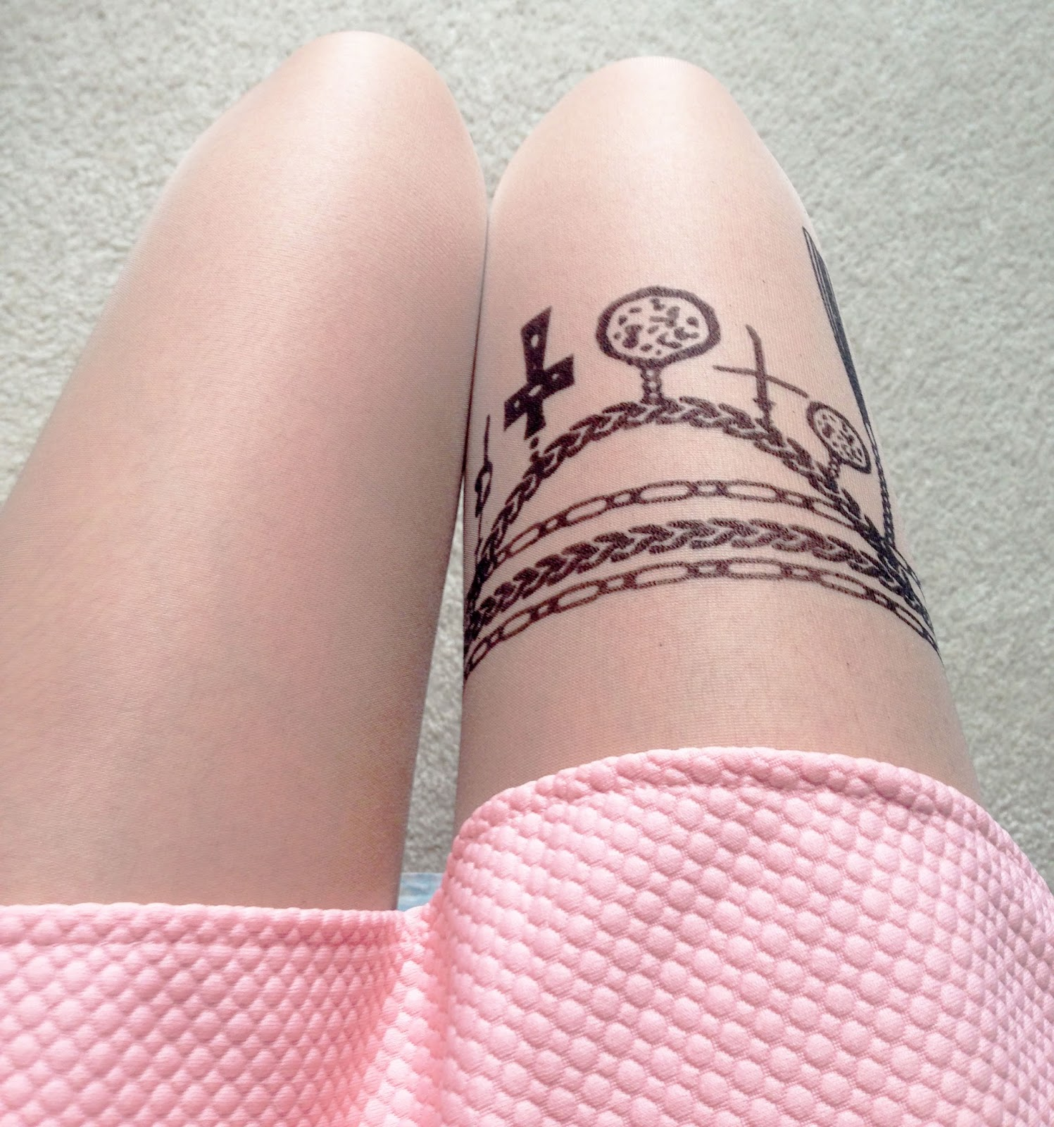 Details of the Chicnova chain & wings pattern tattoo tights