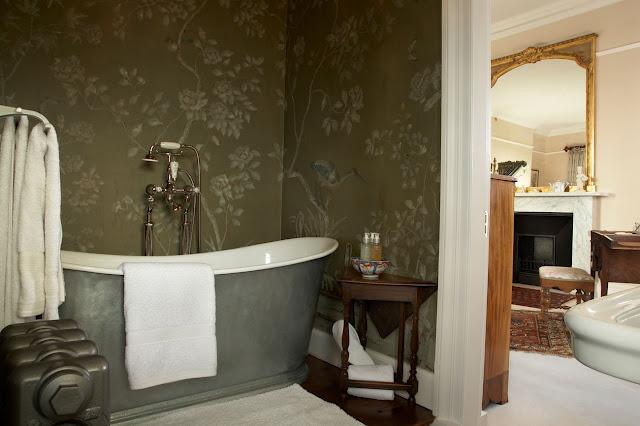 To da loos chinoiserie bathroom walls for Vintage bathroom wallpaper