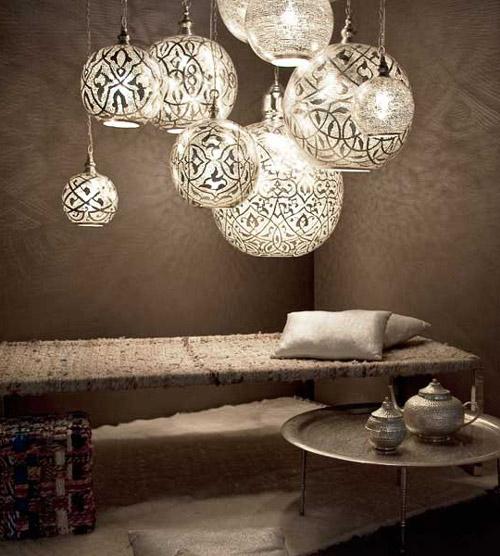 Cada lámpara de Zenza está hecha a mano por artesanos de todo el mundo y esto es lo que hace que las lámparas iluminen con esa luz tan especial.