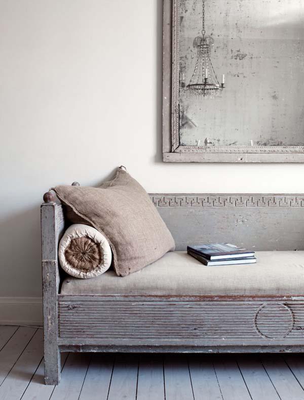 salón en grises y blanco-cálido-banco de madera lino