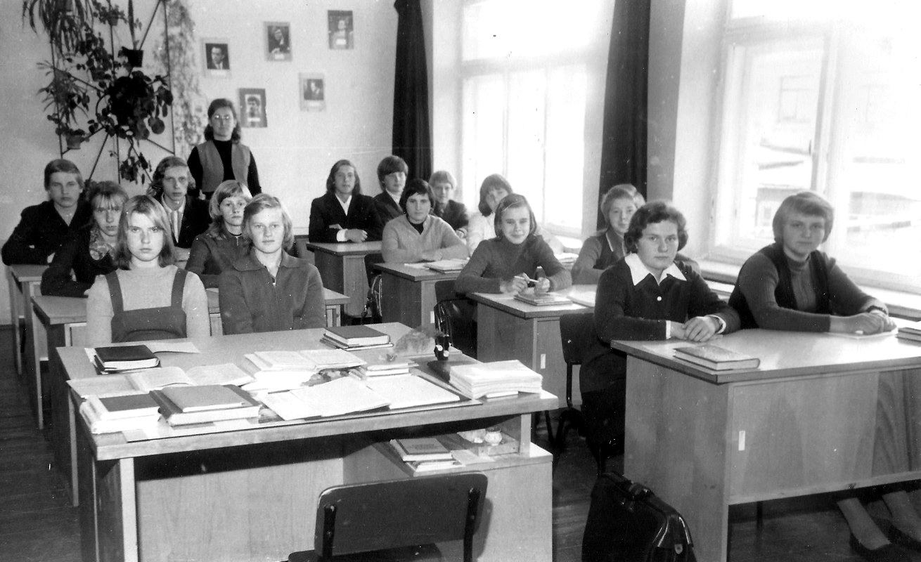 Literatūras skolotāja Ilze Maldone ar mūsu klasi 1977. gads