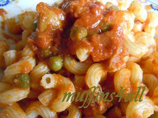 tortiglioni con ragù di salsicce, pancetta affumicata, piselli e porcini