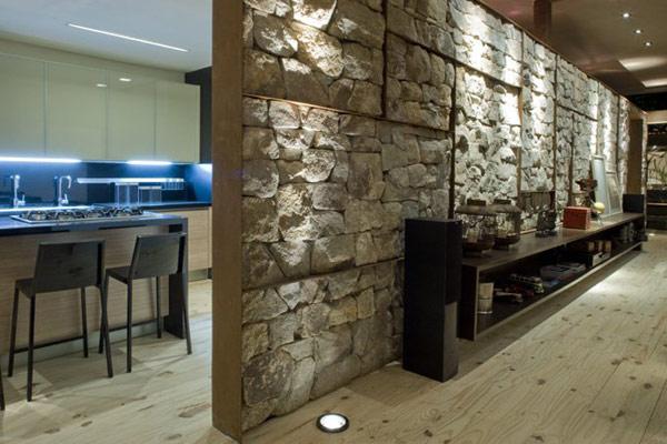 Decken  Und Bodenspots Beleuchten Die Rustikale Steinwand, Die Keine