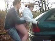 Casal dando uma rapidinha atrás do carro