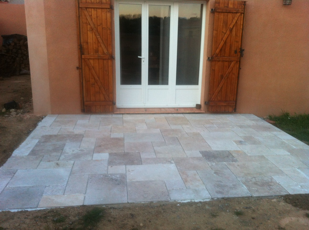 Blog as de carreaux tutoriel de pose dallage en travertin for Dalle exterieur 60x60