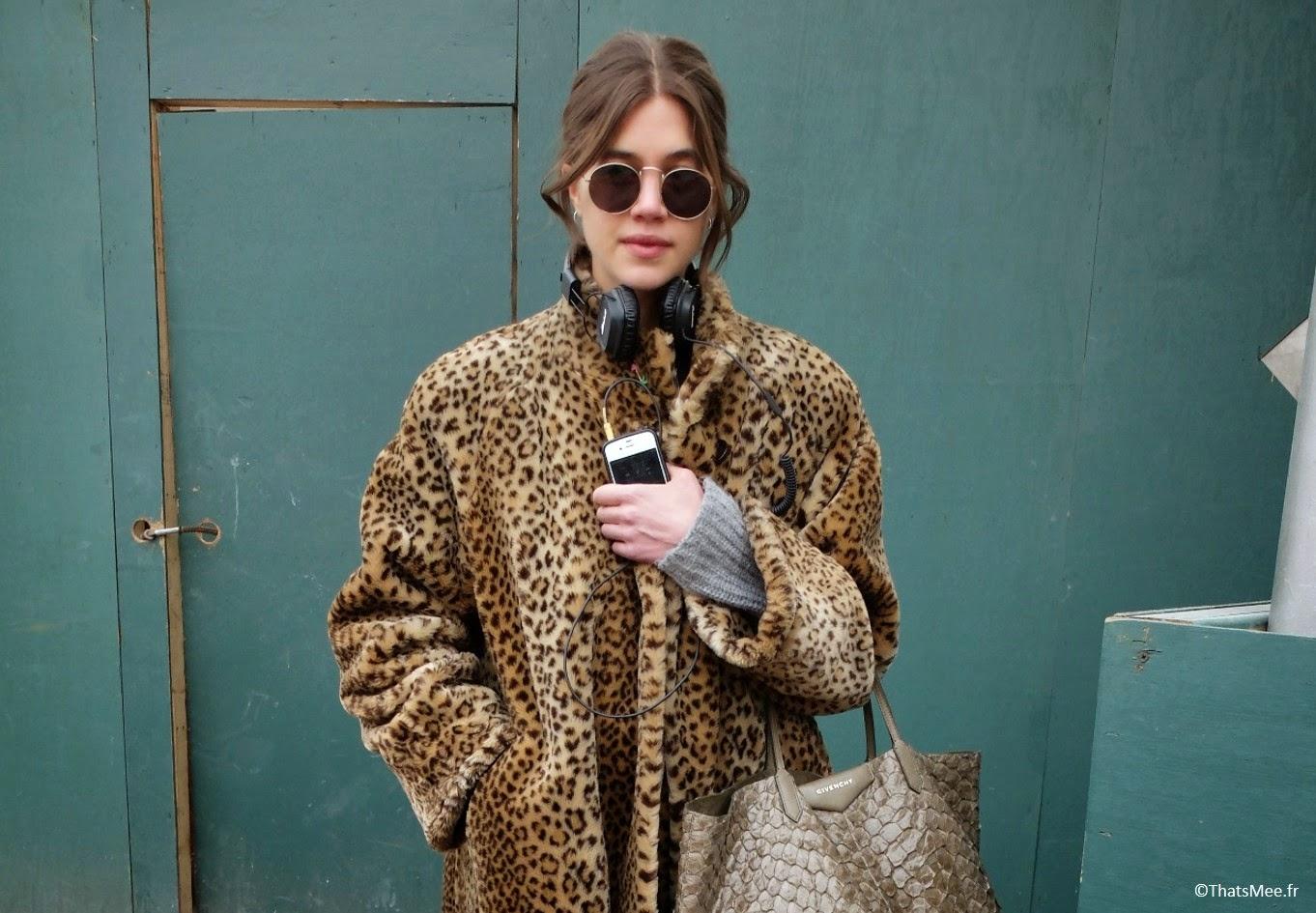 Look glamour rock fourrure, sac cabas Givenchy croco sable doré, manteau 3/4 fourrure leopard, derbies vernies boucles Topshop, jean brut cropped Marques Almeida x Topshop, lunettes rondes Ray-Ban