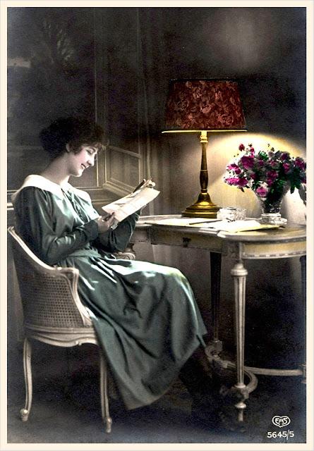 foto antigua de mujer leyendo para scrapbooking