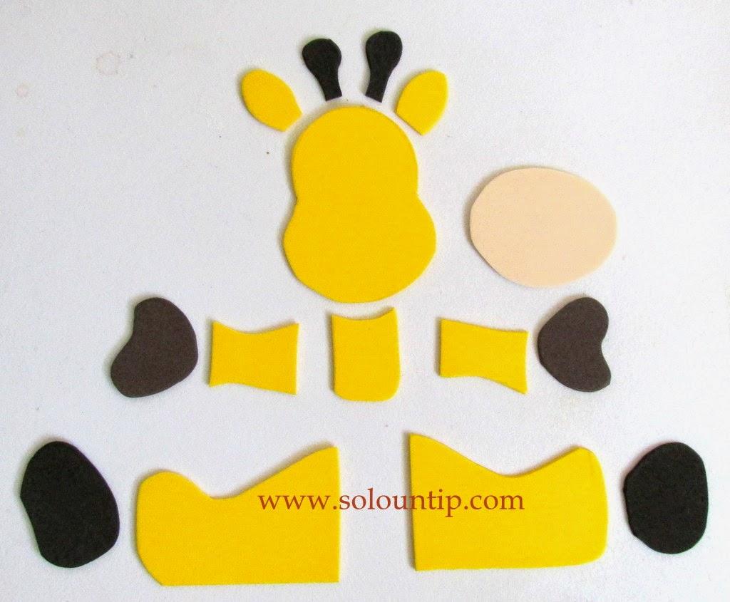 los moldes de la jirafita a la goma eva en sus respectivos la goma eva de lado osea pon la tijera de costado y crtala