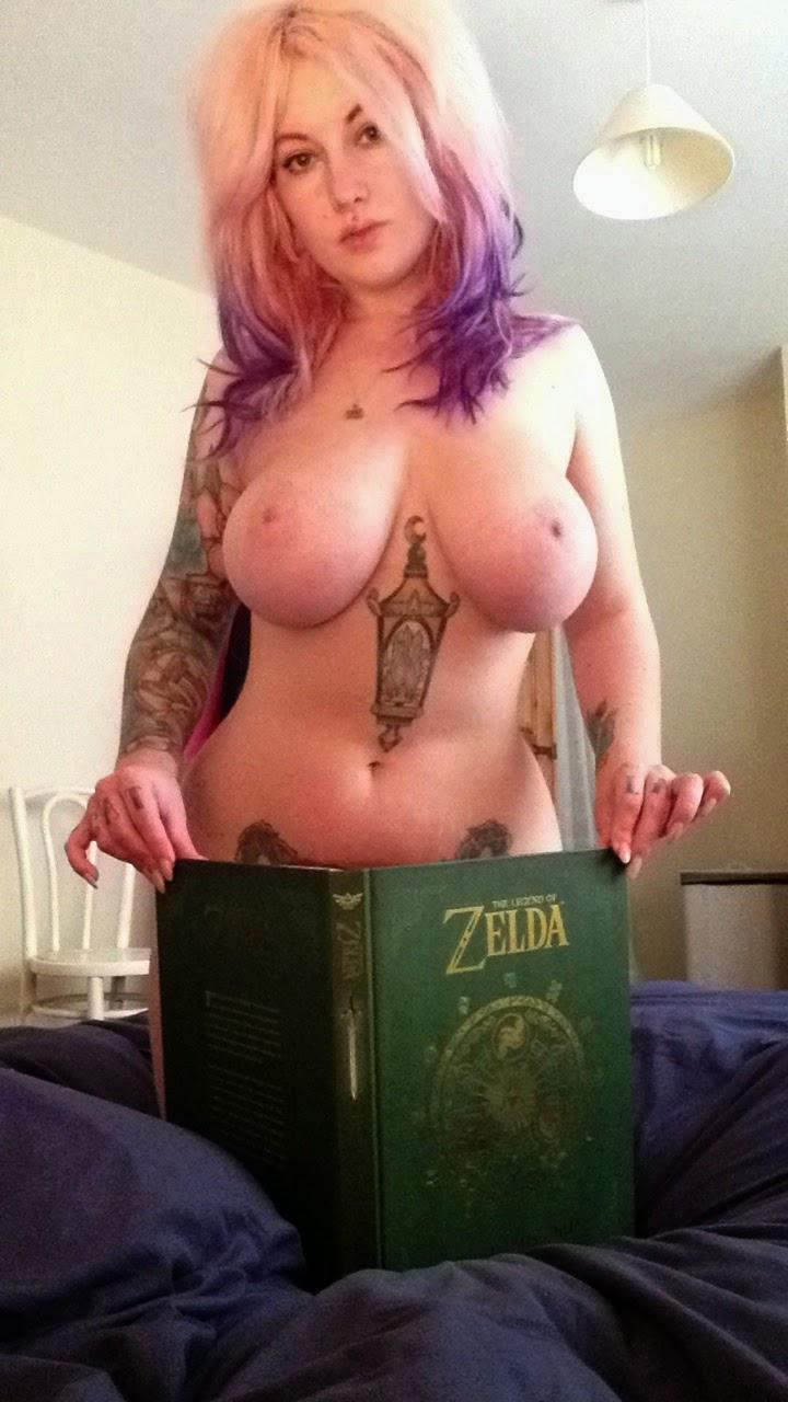 photo d'une Gameuse sexy et tatouée cachant son intimité avec un livre de Zelda