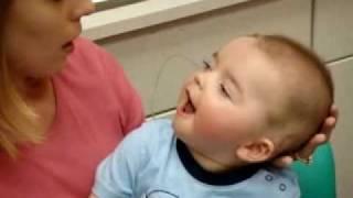 فيديو مؤثر لطفل اصم لاول مره يسمع صوت امه