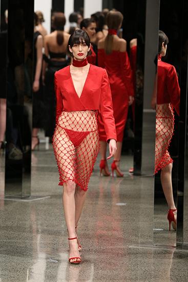 Nhà thiết kế còn tung ra mẫu váy khoe nội y với quần tam giác.