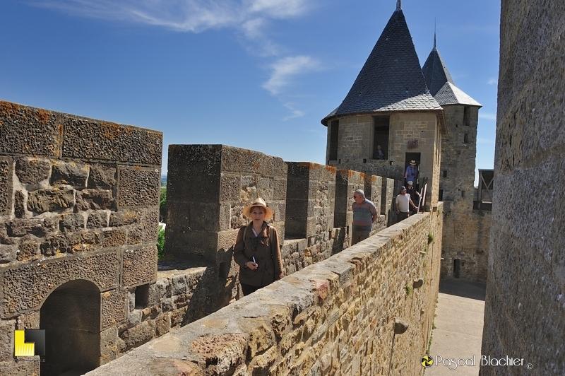 Valérie Blachier sur le chemin de ronde du château comtal à Carcassonne photo pascal blachier