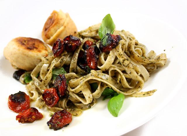 Oppskrift Tagliatelle Pastarett Bakte Tomater Hjemmelaget Pesto Vegetar
