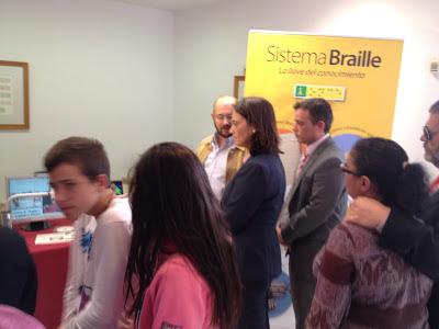 José Pretel informa sobre los avances tecnológicos para ciegos a la alcaldesa.