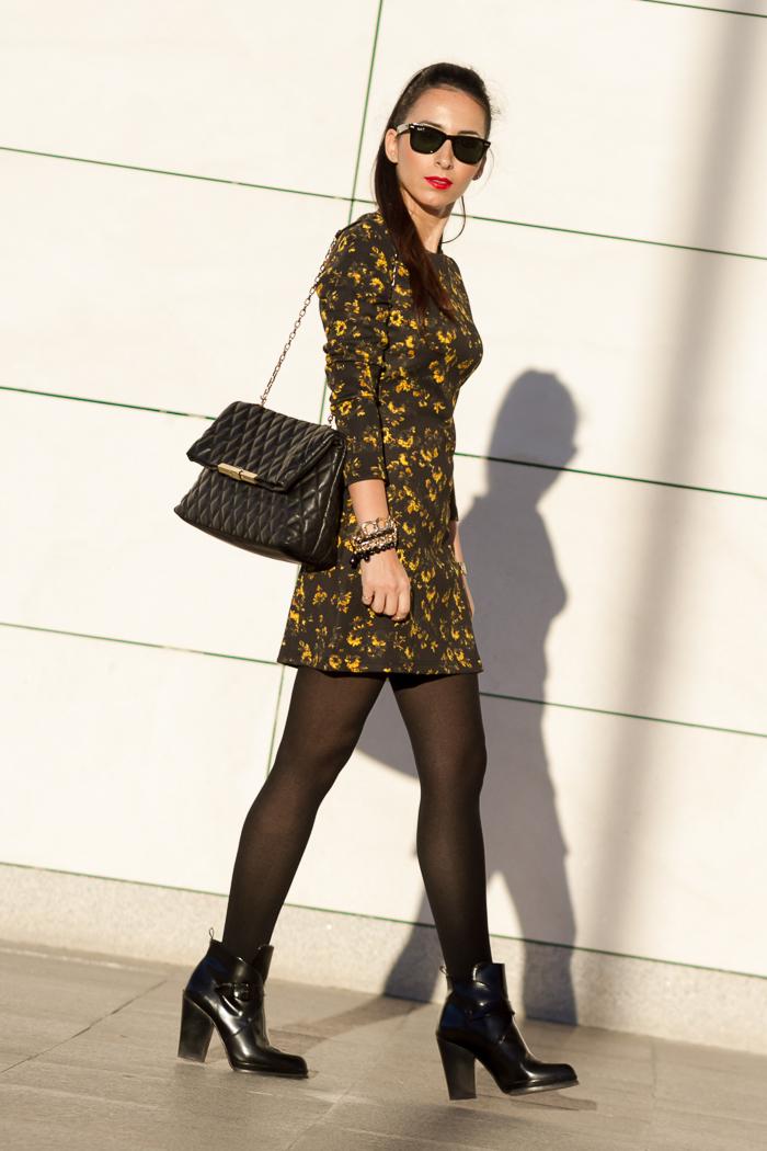 Outfit Femenino y chic de la bloguera valenciana withorwithoutshoes con Minivestido de neopreno de flores amarillas con botines de hebillas y maxi brazalete de cadenas y cuentas