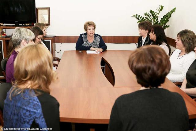Начальник управления образования Ольга Дударева объявляет победителей.