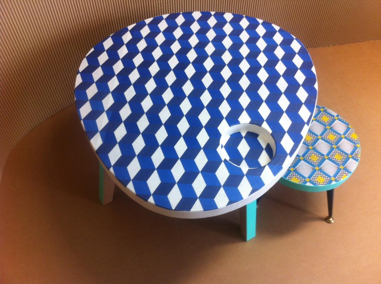 table basse en carton avec tabouret design. motif géométrique. pieds en métal. fabriqués à marseille par juliadesign