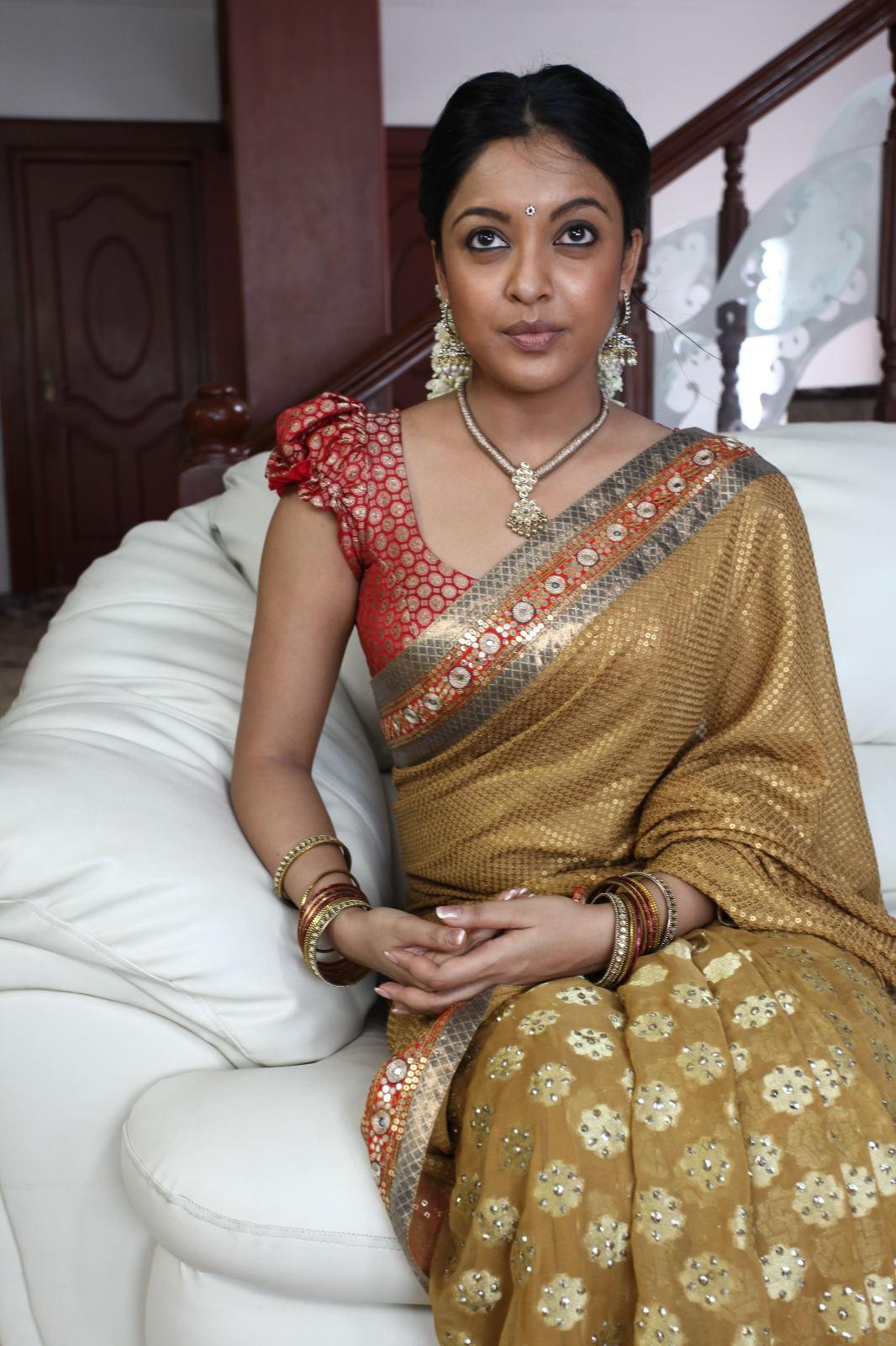 Gorgeous tanushree in saree without makeup