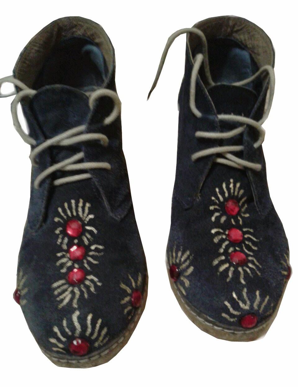 botines personalizados artesanalmente pintura de tela y piedas acopladas, por Rudi